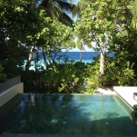 Blick auf den Pool der Villa